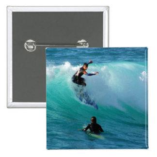 Pin cuadrado del estilo que practica surf