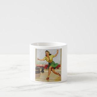 Pin de bolos encima del chica tazas espresso