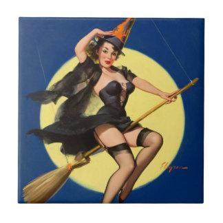 Pin de la bruja de Halloween encima del chica Azulejos
