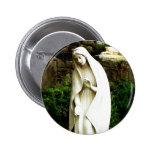 Pin de la estatua del jardín del Virgen María