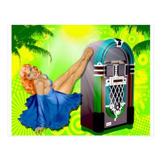 Pin de la máquina tocadiscos encima del chica tarjeta postal