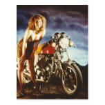 Pin de la motocicleta encima del chica tarjeta postal