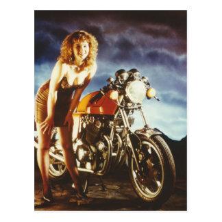 Pin de la motocicleta encima del chica tarjetas postales
