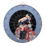 Pin de la policía encima del chica en la motocicle tablero de dardos