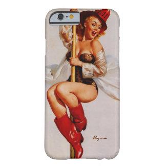 Pin del bombero de Gil Elvgren del vintage encima Funda Barely There iPhone 6