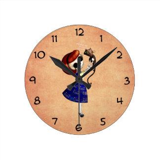 Pin del esqueleto encima del chica con su gato reloj de pared