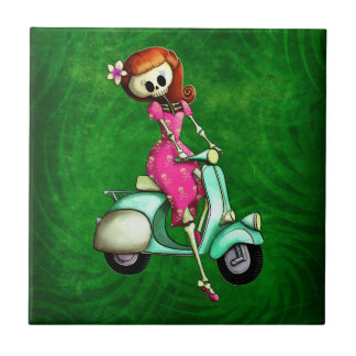 Pin del esqueleto encima del chica en la vespa azulejo cuadrado pequeño