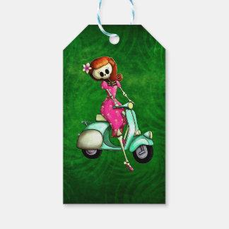 Pin del esqueleto encima del chica en la vespa etiquetas para regalos