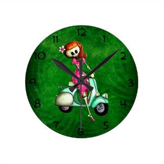 Pin del esqueleto encima del chica en la vespa reloj
