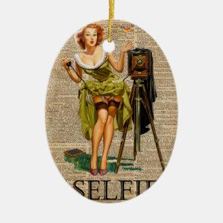 Pin encima del chica que hace arte del diccionario adorno navideño ovalado de cerámica