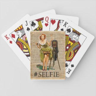 Pin encima del chica que hace arte del diccionario cartas de póquer