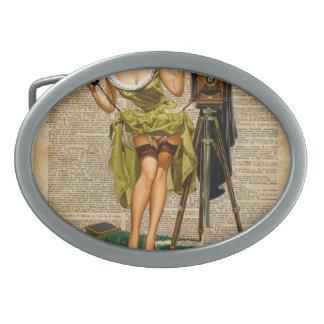 Pin encima del chica que hace arte del diccionario hebillas de cinturon ovales