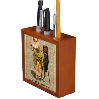 Pin encima del chica que hace arte del diccionario organizador de escritorio