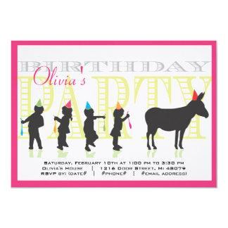 Pin la cola en la invitación del cumpleaños del