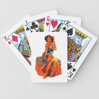 Pin modelo encima del chica barajas de cartas