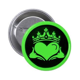 Pin redondo negro y verde de Claddagh