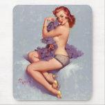 Pin retro de Gil Elvgren del vintage encima del ch Alfombrilla De Ratones