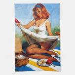 Pin retro de la comida campestre de Gil Elvgren de Toalla De Cocina