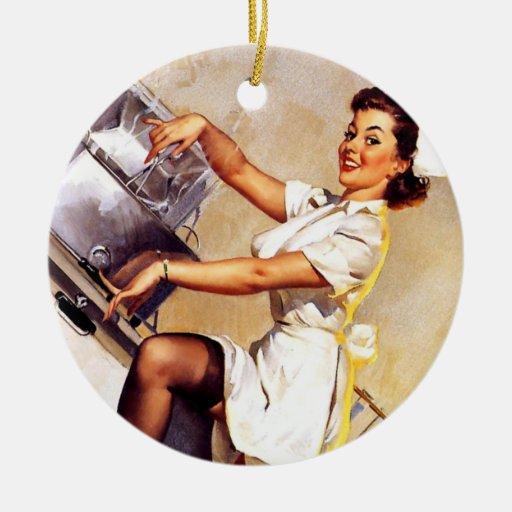 Pin retro de la enfermera de Gil Elvgren del Adorno Navideño Redondo De Cerámica