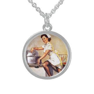 Pin retro de la enfermera de Gil Elvgren del vinta Collar De Plata Esterlina