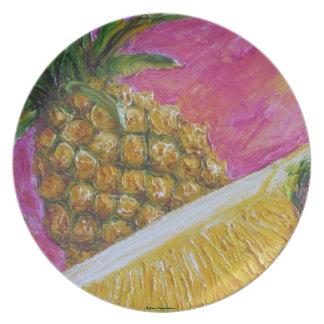 Piña en la placa rosada de la fruta tropical plato