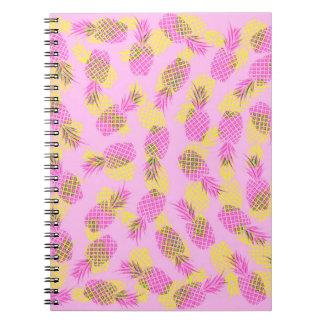 Piñas hawaianas tropicales amarillas y rosadas de libro de apuntes con espiral