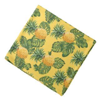 Piñas y hojas tropicales en el oro bandanas