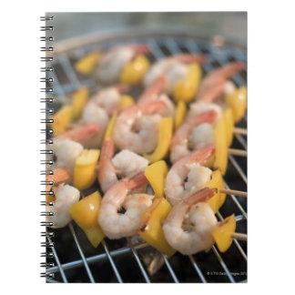 Pincho con los camarones y la pimienta asados a la libreta espiral