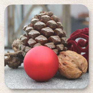 Pinecones y decoración del navidad posavasos de bebida