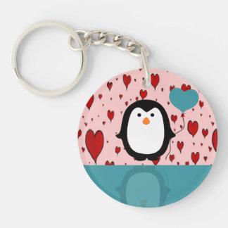 Pingüino adorable con el globo del corazón llavero