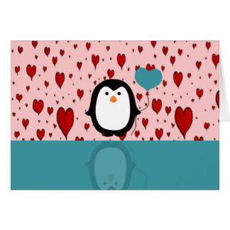 Pingüino adorable con el globo del corazón tarjeta de felicitación