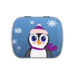 Pingüino adorable del dibujo animado con la bufand latas de caramelos