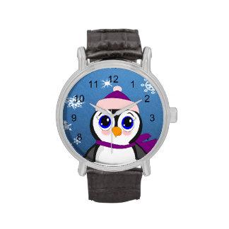 Pingüino adorable del dibujo animado con la bufand reloj