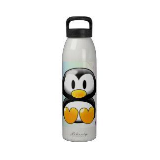 Pingüino adorable del dibujo animado que se sienta botella de agua