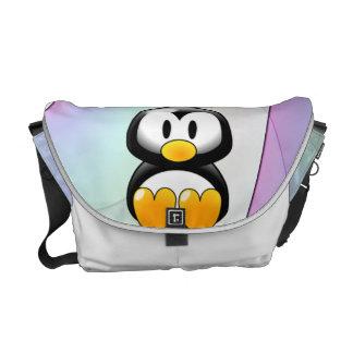 Pingüino adorable del dibujo animado que se sienta bolsas messenger