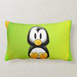 Pingüino adorable del dibujo animado que se sienta almohada