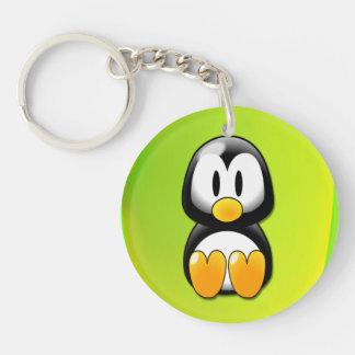 Pingüino adorable del dibujo animado que se sienta llavero redondo acrílico a una cara