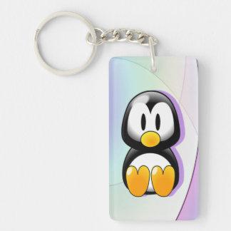Pingüino adorable del dibujo animado que se sienta llavero rectangular acrílico a una cara
