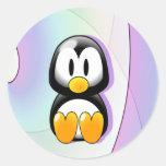 Pingüino adorable del dibujo animado que se sienta pegatinas redondas
