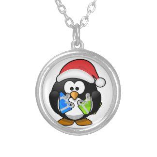 Pingüino adorable del navidad collar plateado