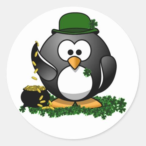 Pingüino afortunado con la mina de oro pegatina redonda