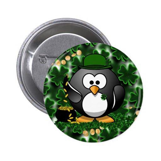 Pingüino afortunado con la mina de oro y los trébo pin redondo 5 cm