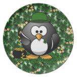 Pingüino afortunado con la mina de oro y los trébo plato