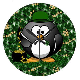 Pingüino afortunado con la mina de oro y los trébo relojes