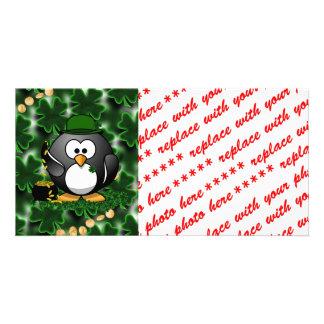 Pingüino afortunado con la mina de oro y los trébo tarjeta fotográfica