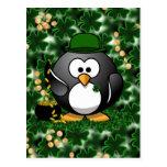 Pingüino afortunado con la mina de oro y los trébo tarjeta postal