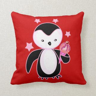 Pingüino bonito con el cono de helado BG roja Almohadas