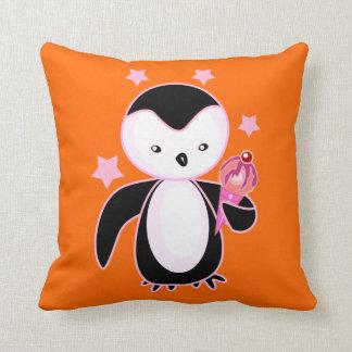 Pingüino bonito con el naranja BG del cono de Cojin