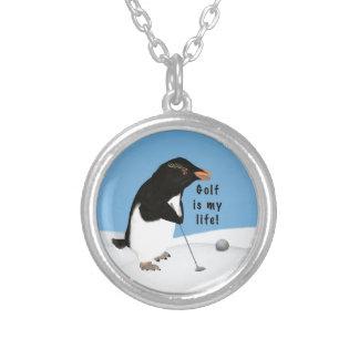 Pingüino chistoso que juega a golf colgante redondo