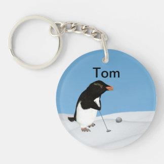 Pingüino chistoso que juega personalizable del gol llavero redondo acrílico a una cara